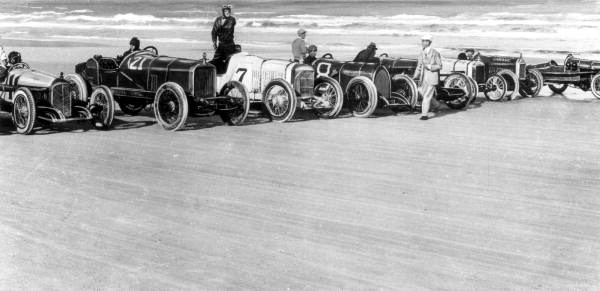 Racers lined up on Ormond Beach, courtesy the Florida State Archives